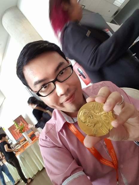 รูปที่ 12 ได้มีโอกาสจับเหรียญรางวัลโนเบลของนักวิจัยรางวัลโนเบล ในงาน GYSS.jpg
